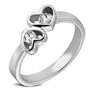 Oceľový prsteň striebornej farby, dve srdcia s čírymi zirkónmi D3.13 vyobraziť