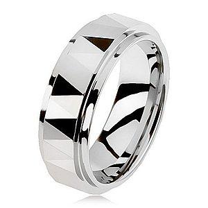 Volfrámový brúsený prsteň striebornej farby, trojuholníky, vyvýšený stredový pás AB33.12 vyobraziť