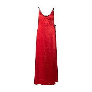 Dlhé červené letné šaty na ramienka vyobraziť