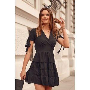 Nadčasové šaty s výstrihom a s krátkymi zviazanými rukávmi, čierne vyobraziť