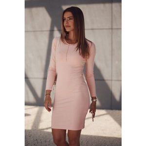 Hladké šaty s ozdobnými pruhmi na rukávoch, ružové vyobraziť